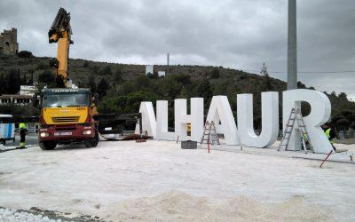 Se instala un gran monolito que dará la bienvenida en la rotonda de la Ventilla