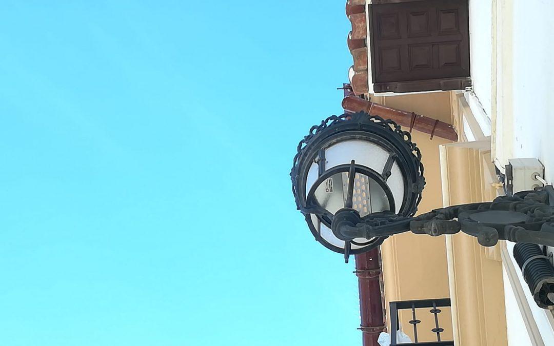 El Ayuntamiento moderniza 80 luminarias en el centro histórico