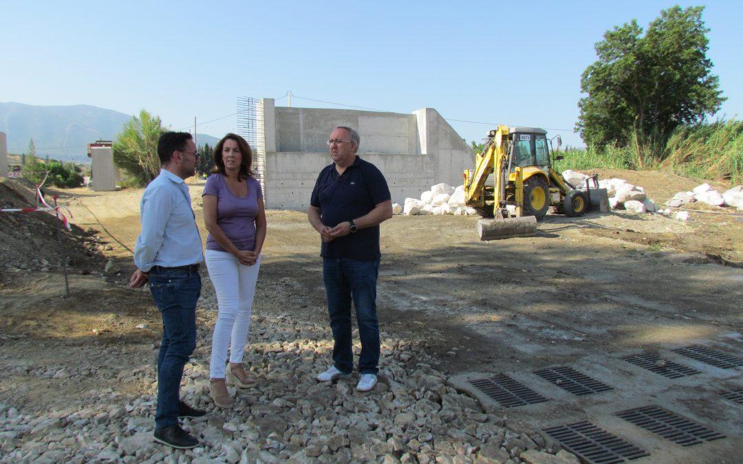 Alcaldesa y concejales de proyectos y obras en las obras puente Rio Fahala