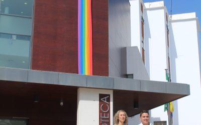 Alhaurín el Grande se suma un año más a la celebración del Día del Orgullo LGTBIQ+ con el despliegue de una bandera arcoíris gigante.