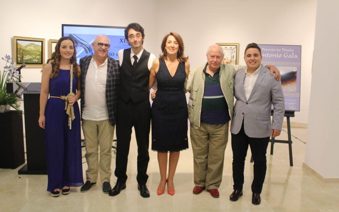 La alcaldesa Toñi Ledesma entrega el XIII Premio de Poesía Antonio Gala