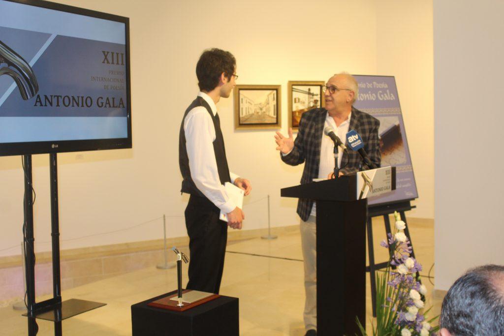 El presidente del Jurado con el poeta ganador