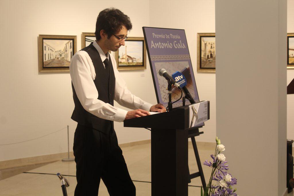 El ganador del premio Adrián Maceda recita el poemario