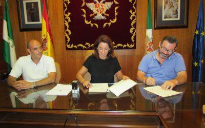 Ayuntamiento y trabajadores de Urbaser firman un acuerdo para incluir en el próximo contrato las mejoras que negocien en su nuevo convenio laboral.