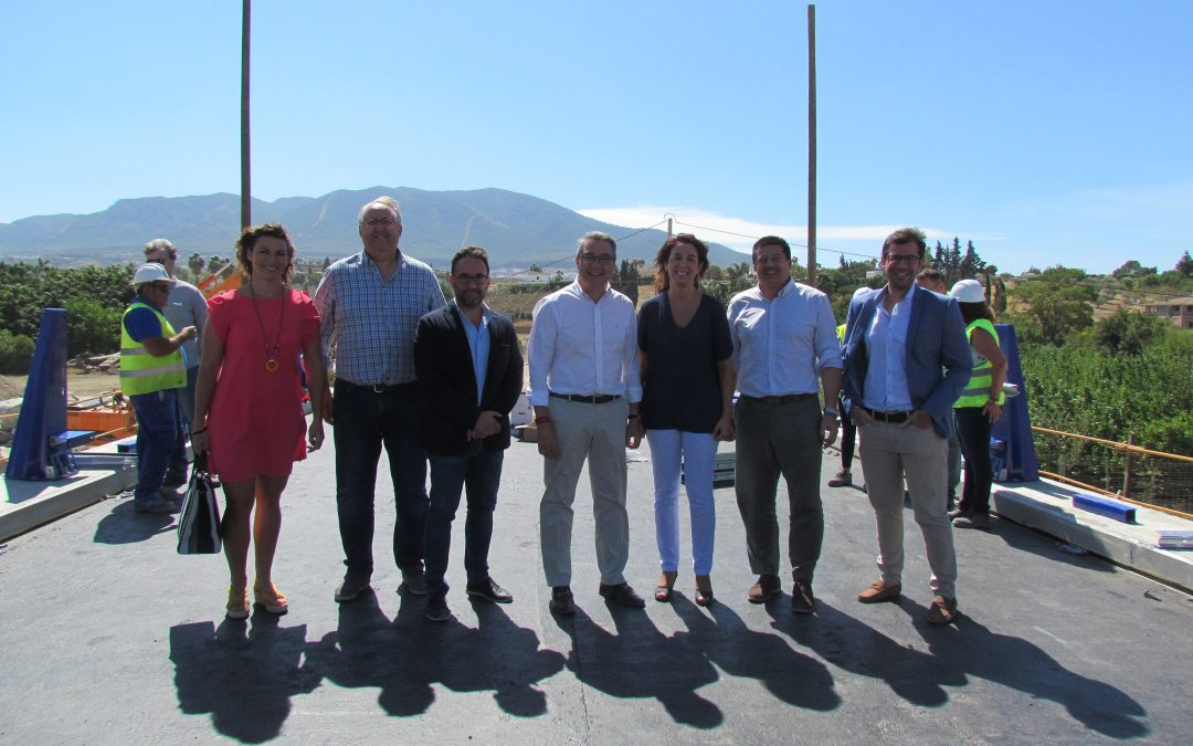 El Presidente de Diputación visita las obras del puente sobre el Río Fahala, que están a punto de finalizar.