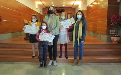 La alcaldesa entrega los premios del concurso de redacciones sobre la Constitución Española