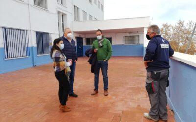 El Ayuntamiento acomete los trabajos de reparación de la cubierta del CEIP Picasso