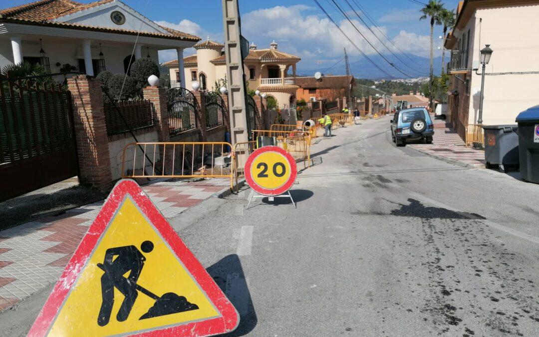 El ayuntamiento acomete la mejora de la red de abastecimiento de agua potable en Camino de Coín y Urbanización el Parral