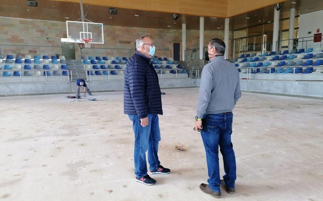 Continúan las obras en el Polideportivo Municipal con la reparación de la cubierta y la pista del Pabellón Secundario