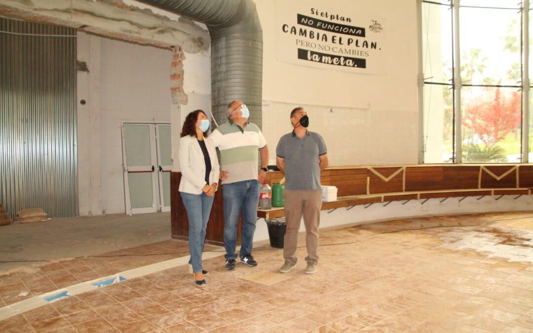 La alcaldesa Toñi Ledesma visita las obras de mejora que se están realizando en el Polideportivo Municipal