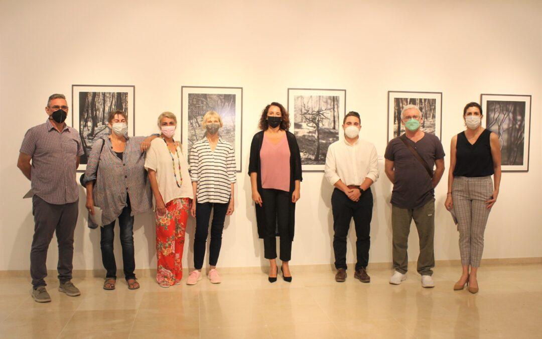 """La sala de exposiciones la Biblioteca Municipal acoge la muestra fotográfica """"Smoulder"""" de la artista Suzy Corby"""