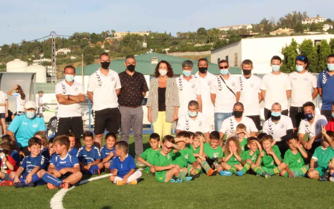 La alcaldesa preside la reapertura del campo de césped de Futbol 7